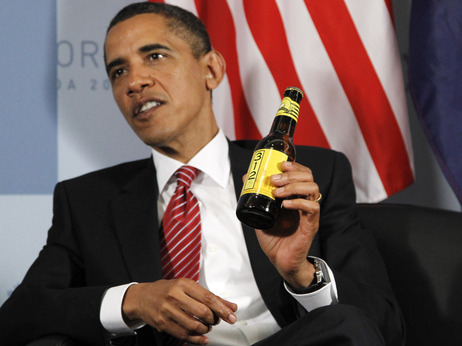 Barack Obama with a bottle of Goose Island (Budweiser) 312 Wheat Ale